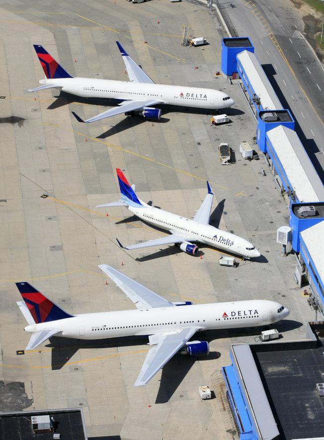 圖為紐約甘迺迪機場的達美客機。(美聯社)