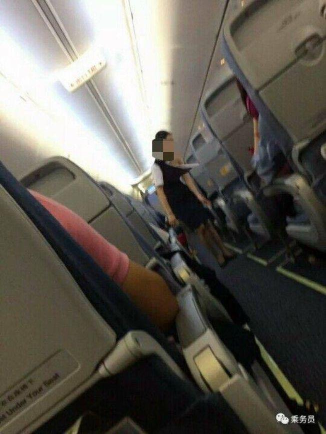 微信公眾號「乘務員」上傳2張疑似空姐衣服被撕壞,露出左肩和胸部仍堅守崗位,繼續服務機上乘客的照片。(取材自微信)