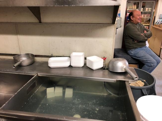 手工豆腐泡在水裡,只剩餐廳客戶訂的三塊;老闆野崎只得一再向上門客人抱歉。(記者李榮/攝影)