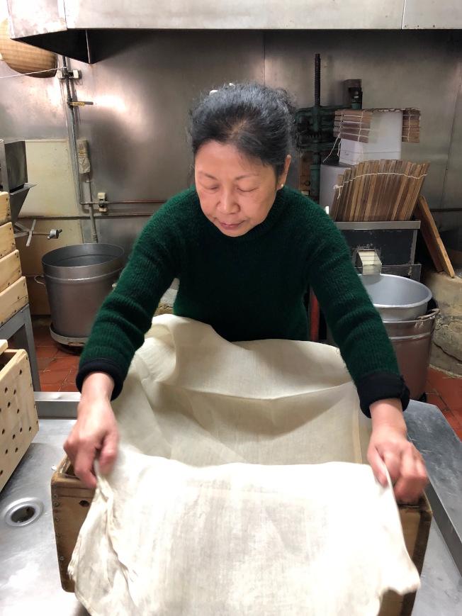 手工豆腐工序繁複,聖荷西豆腐店可能是美國極少數仍堅持古法的豆腐店。