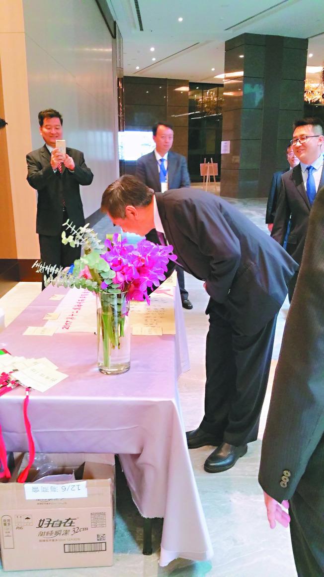 兩岸商標論壇6日在新北市舉行,但兩岸官員未能同場交流。圖為大陸國家工商行政管理總局副局長劉俊臣(前)出席論壇前在簽到簿上簽名。(記者許依晨/攝影)