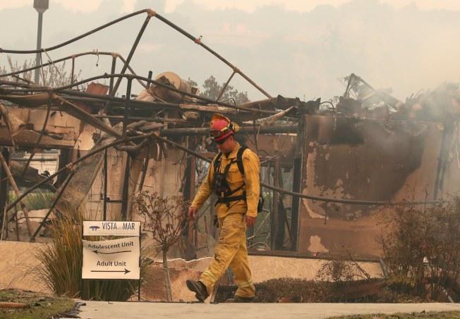 消防隊員檢視維斯塔戴爾馬醫院殘餘火勢。(歐新社)