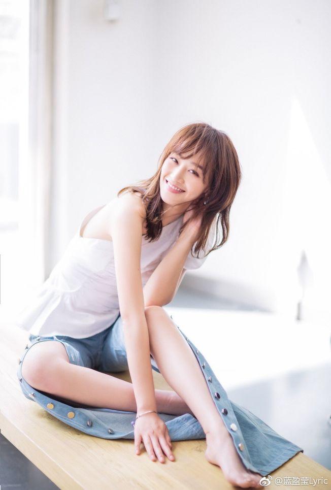 藍盈瑩「靠一個冷笑話」考進了北京人藝。(取材自微博)