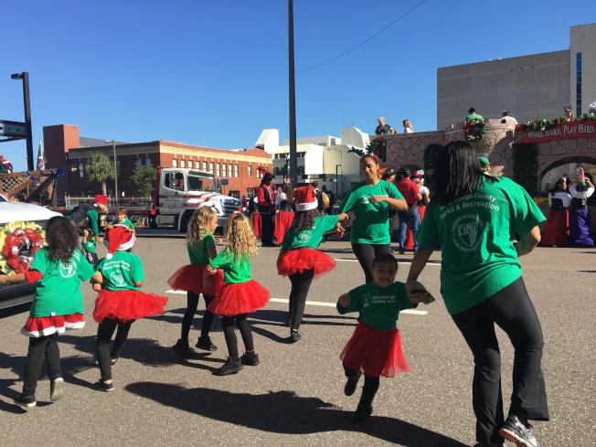 遊行隊伍之一,幼兒園老師帶著小朋友們隨著音樂翩翩起舞。(黃安妮/攝影)