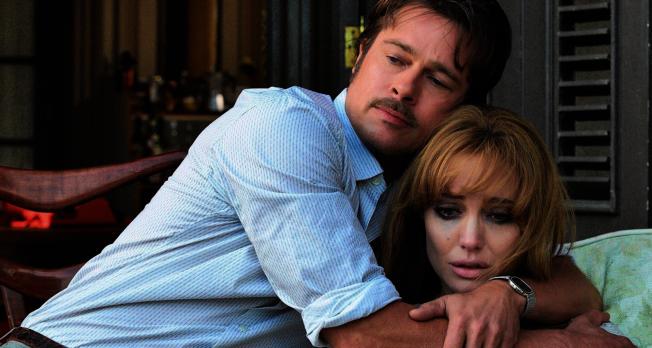 裘莉坦言與小布隔10年再合作「海邊」,是為了挽救婚姻。(取材自豆瓣電影)