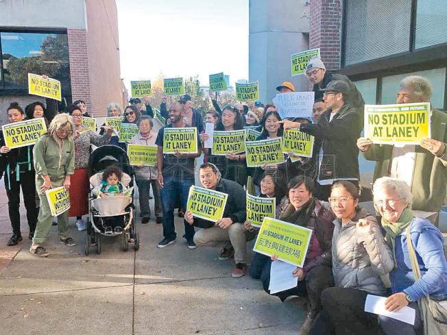 30多位反對在華埠建棒球場的華人、社區組織和居民,6日來到雷尼社區學院遊行示威,希望一向支持球場建設的校長拉貴爾明確表態,不再重啟類似談判,以避免影響居民生活。(記者劉先進/攝影)