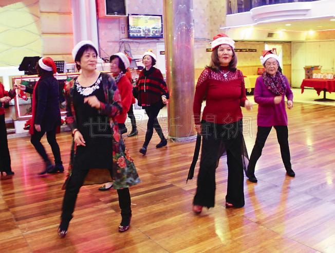中華總會館6日周三在華埠新亞洲大酒樓舉辦聖誕派對,約50名商董及家人出席。會上多個歌舞表演輪番登台,場面氣氛熱烈。(圖與文:記者李晗)