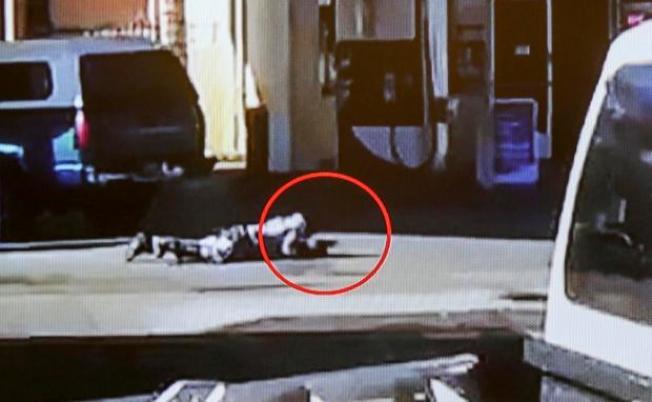 洛杉磯縣警局警員對在地上匍匐爬行的非裔嫌犯亂槍打死,陪審團判賠360萬元。(監視器畫面)
