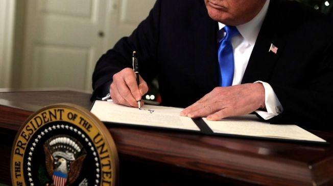 美國總統川普6日簽署宣言,承認耶路撒冷為以色列首都。美聯社