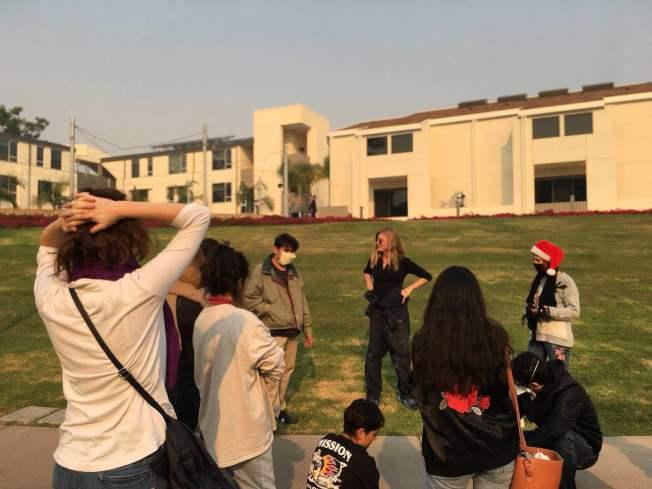 霧蒙蒙的天空滿是焦味,聖塔芭芭拉加大學生戶外上課急備口罩。(讀者提供)