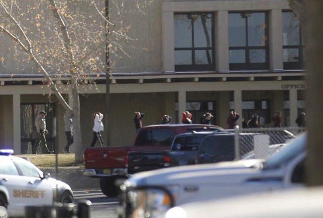 新墨西哥州阿茲特克高中(Aztec High School)傳出槍擊案,圖為學生疏散過程。(美聯社)