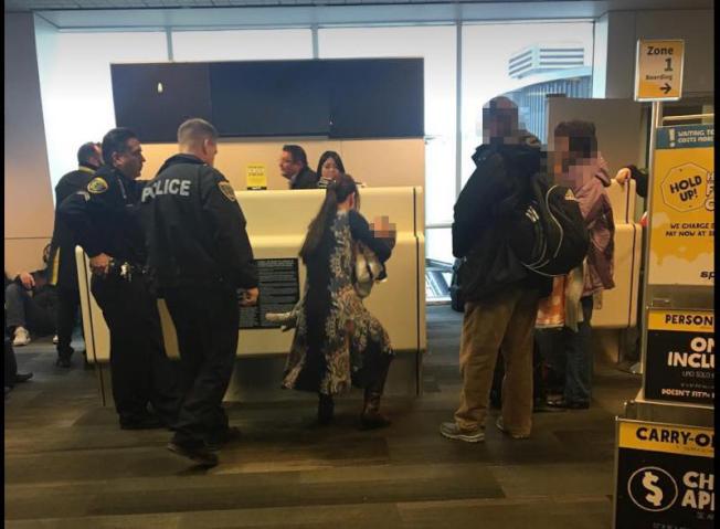 精神航空712班次8日上午發生嚴重延誤,二度登機時芮美一家四口被航警及精神航空地勤人員阻止登機。(讀者提供)<br />