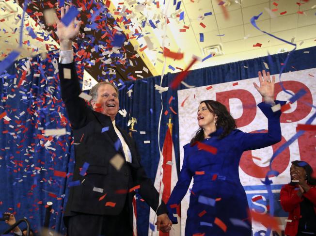 民主黨的瓊斯12日晚贏得阿拉巴馬州參議員補選勝利,贏得艱難。(美聯社)