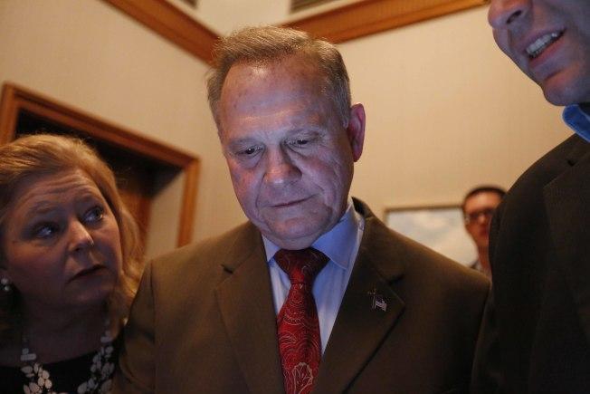 性醜聞纏身的共和黨候選人摩爾12日晚,看著開票結果,神情黯然,大勢已去。(美聯社)