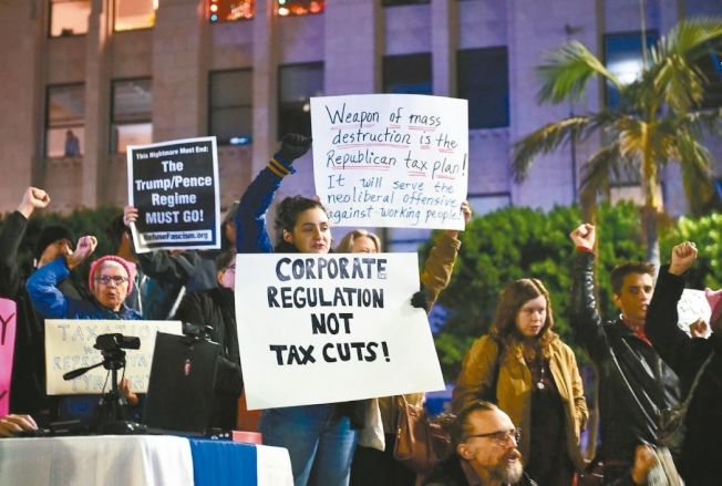民眾聚集在華府抗議國會稅改案。 (Getty Images)