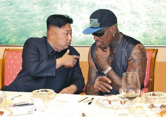 羅德曼(右)在2013年初次以籃球外交出訪北韓,與金正恩變成好友。(美聯社)