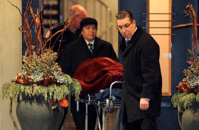 加拿大警方15日將遺體覆蓋毯子、移出豪宅。(路透)