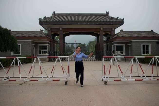 據稱陳良宇被關押在落馬高幹聚集的秦城監獄。圖為秦城監獄門前有警衛制止拍攝。(Getty Images)