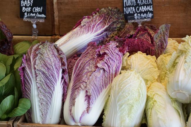 吸引眼球的紫色白菜,价格不菲。