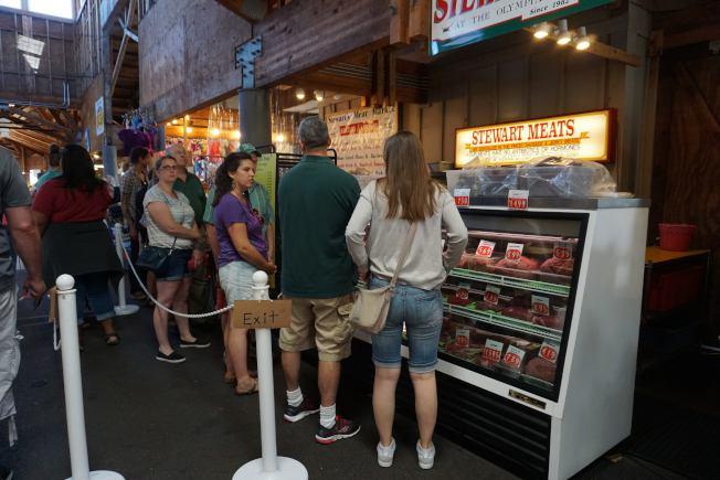 斯图尔特肉铺颇有名气,常有顾客在那里排队等候,有时得等三、四十分钟。