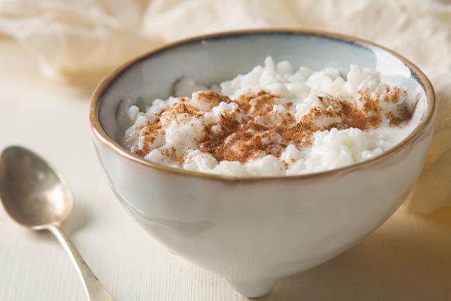 瑞典:瑞典人会在圣诞节享用米布丁,其中一碗米布丁会藏有一粒杏仁,吃到这碗米布丁的幸运儿在接下来一年间都会有好运。(网络照片)