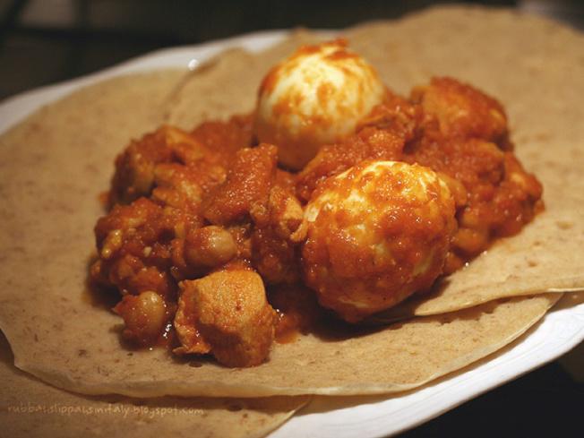 """埃塞俄比亚:这道名为""""doro wat""""的料理包含辛辣的鸡肉和经酵母发酵后的扁平面包。埃塞俄比亚人会用面包当成盛接这道料理的容器(网络照片)"""