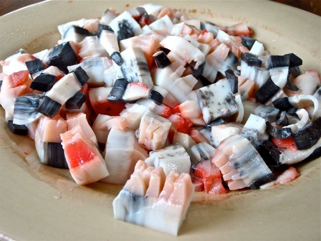格陵兰:格陵兰人在圣诞节会吃的特别食物包含Mattak和Kiviak,Mattak是带有鲸脂的鲸鱼皮,图为Mattak。(网络照片)
