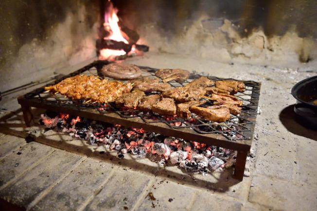 南非:圣诞节时,南非正在过夏天,当地人会以名为Braai的非洲炭烤烤羊肉、火鸡肉和猪肉。(网络照片)