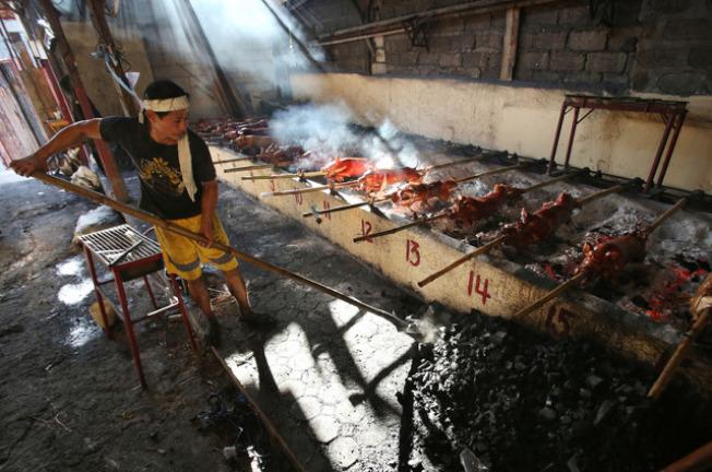 菲律宾:菲律宾的基督徒会在平安夜半夜享用一整只烤乳猪,烤乳猪口中常被放入一球鲜黄色的起司。(网络照片)