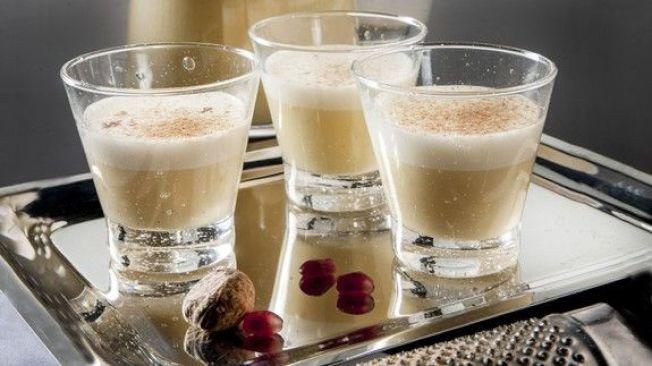 美国:美国人在圣诞节会吃火鸡大餐,有时还会配上由鸡蛋、糖、牛奶及温热的烈酒调配而成、最后再洒上当季香料的蛋酒。(网络照片)