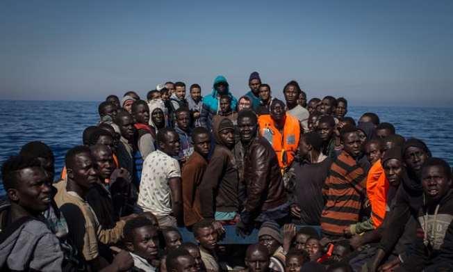 歐洲國家實行嚴厲政策防止移民入境,許多人只好在摩洛哥等「中轉」國家落腳。圖為今年5月於義大利岸邊等待救援的難民。(Getty Images)