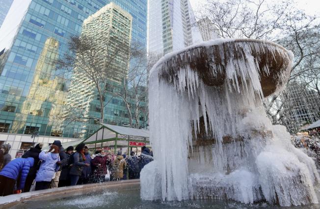 大半個美國陷入極寒境地,圖為紐約曼哈頓的噴水池結凍。(美聯社)