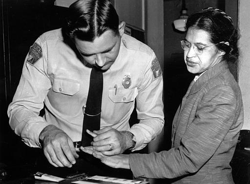 羅莎派克因拒絕讓位給白人乘客遭逮捕,警員於隔年2月在蒙哥馬利警局按指模。美聯社
