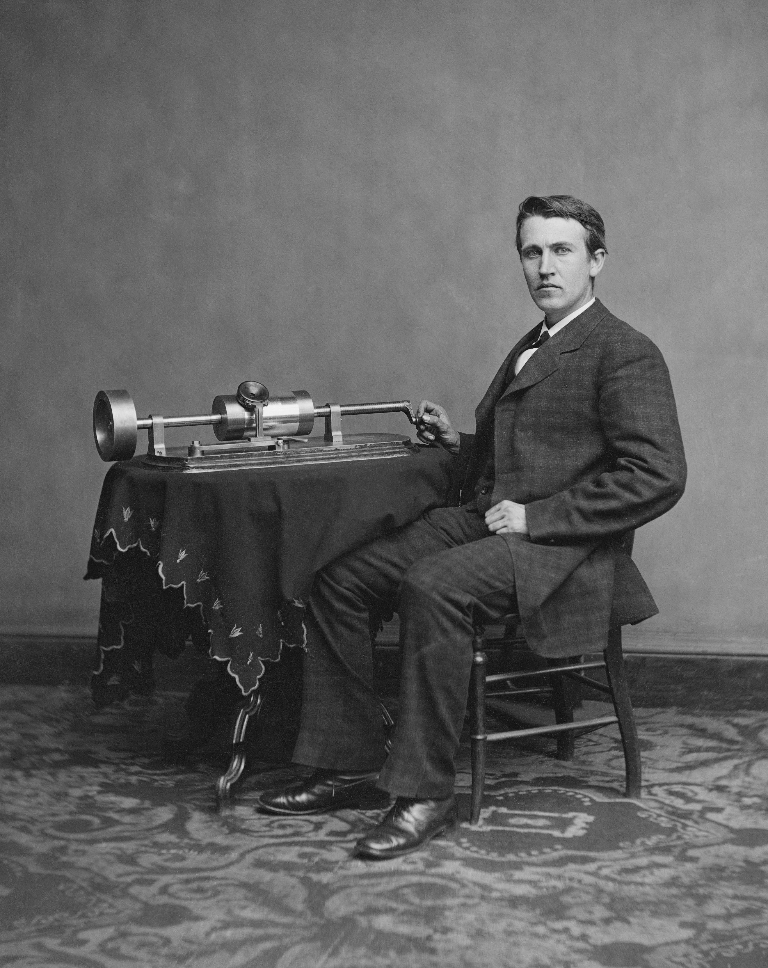 愛迪生與他早期發明的留聲機。圖/取自維基百科