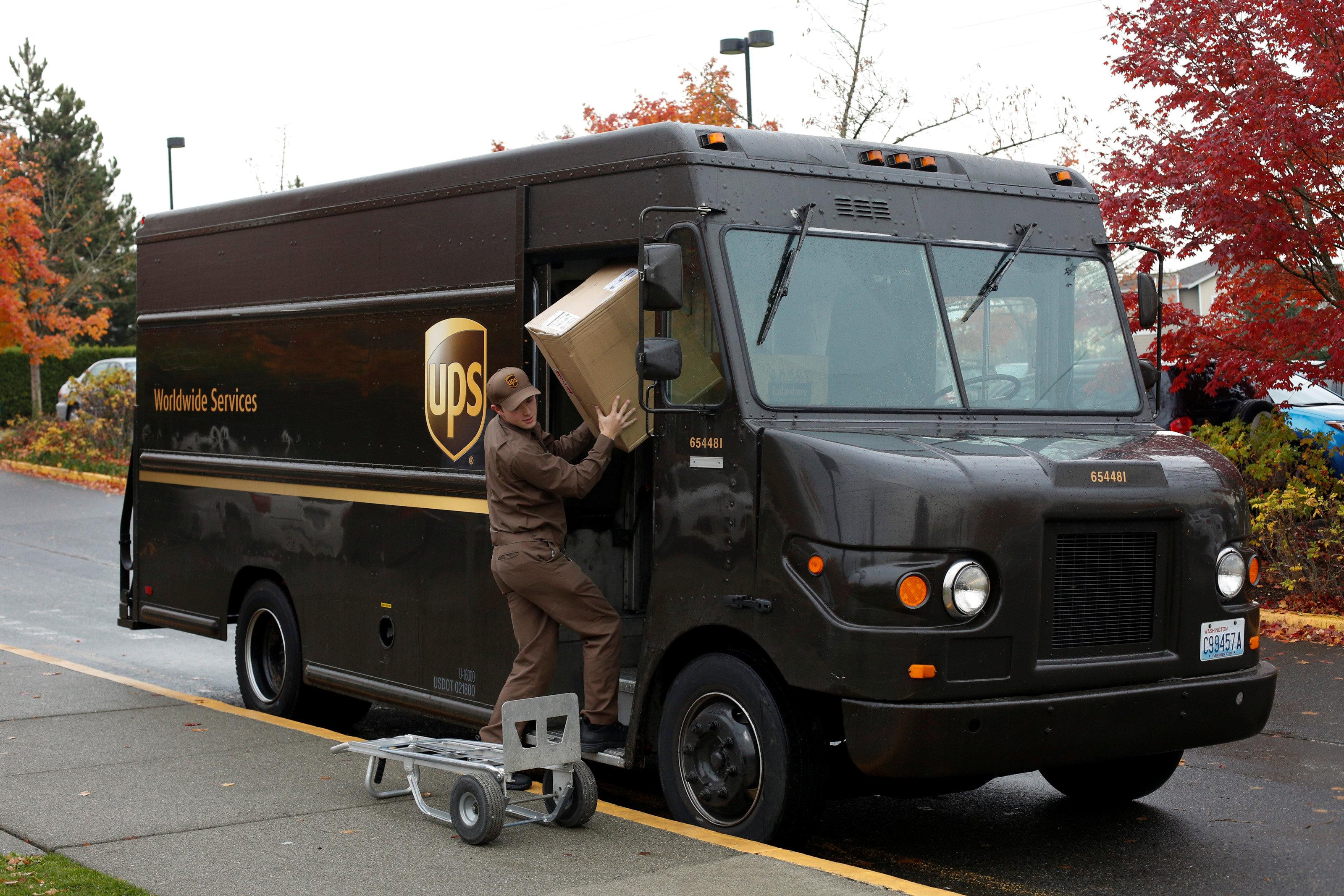 UPS員工遞送包裹。路透