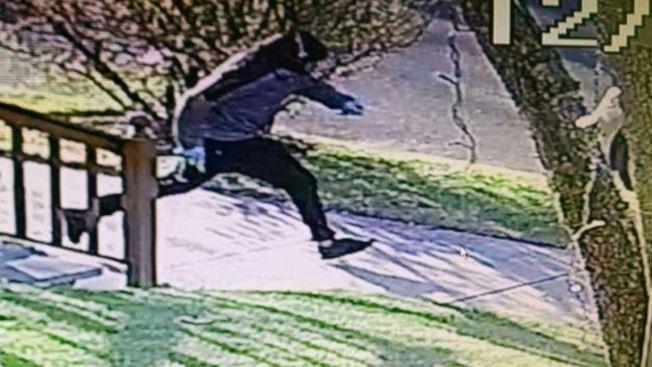 伯克利行凶後被監視錄像拍到他逃跑的身影。(本報檔案照)