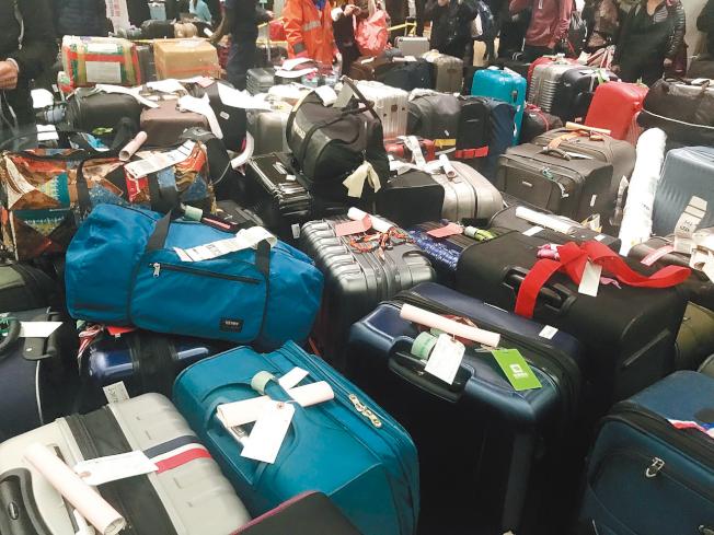 東灣居民盧嘉欣4日從台北直飛紐約,因紐約暴風雪迫降到芝加哥機場,6日凌晨再飛回紐約,沒想到有2個行李箱被海關開箱檢查,她說這是她遇到的最嚴厲一次檢查。(盧嘉欣供圖)