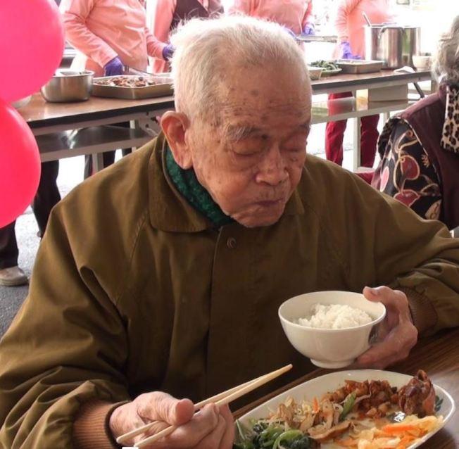 可以好好進食,是老人家們當下狀況不錯的一個重要指標。(本報資料照片)