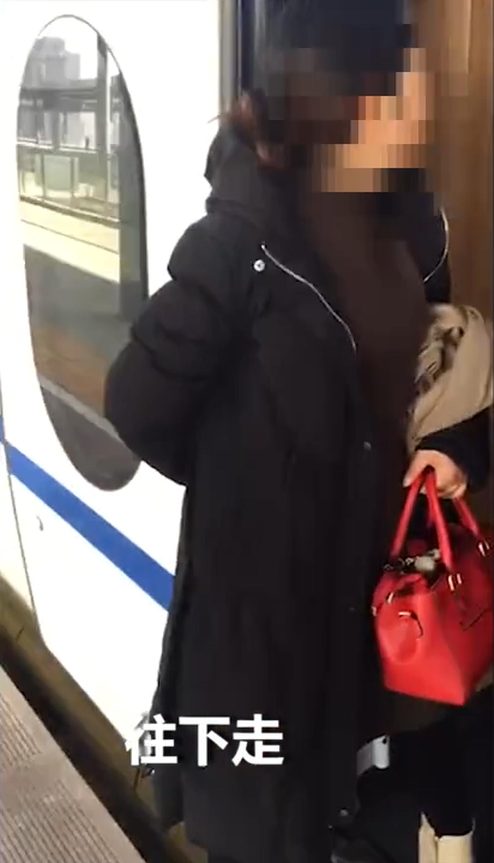 陝西一名女子霸占高鐵車門邊。(視頻截圖)