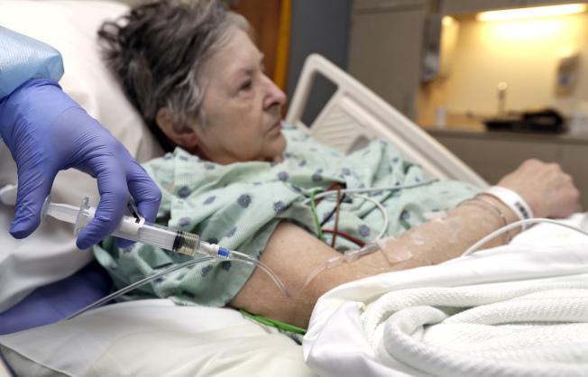 今年流感季,體質弱的人最易受感染。圖為老年人接受注射。(美聯社)
