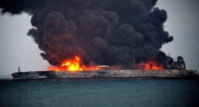 6日晚間7時51分左右,桑吉號(Sanchi)與香港籍散貨船長峰水晶號在長江口以東約160海里處發生碰撞,載有13.6萬噸凝析油的桑吉號起火,之後持續燃燒,不時發生爆燃。圖擷自Telegraph(01/07)