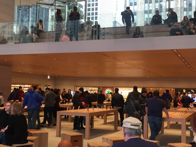 蘋果自推出「減價換電池」計畫以來,芝加哥市中心旗艦店內湧入想以29元價格更換iPhone電池的用戶。(記者董宇/攝影)