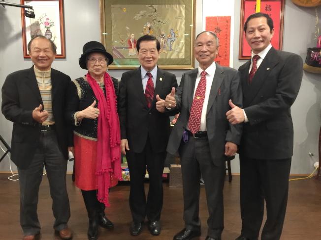 楊喬生(右二)八秩壽宴,警大校友來都來祝賀,左起李春融、楊喬生之妻紀翠麗、李昌鈺,右一鄭鴻鈞。(記者陳文迪╱攝影)