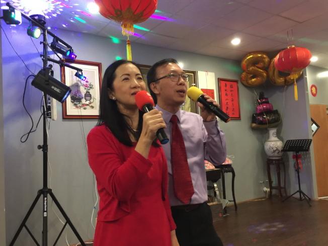楊喬生的兒子楊宗達夫婦在壽宴中唱「我願意」。(記者陳文迪/攝影)