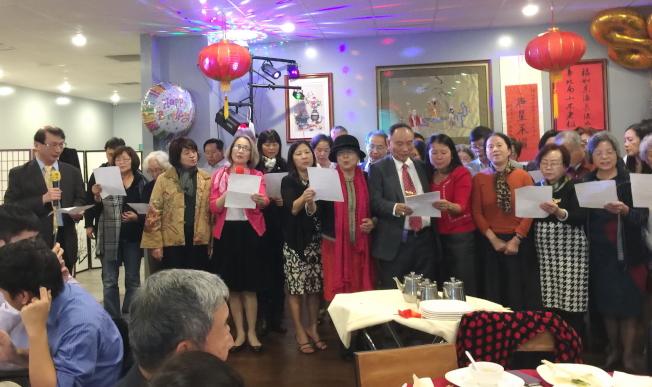 奧蘭多台福教會牧師林昇彬(左一)率教會成員唱詩歌「耶和華祝福滿滿」。(記者陳文迪/攝影)