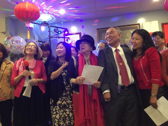 一起回憶人生片段,大家都很開心。左起楊牧師娘、楊琇雅、紀翠麗、楊喬生、楊琇蕙。(記者陳文迪/攝影)