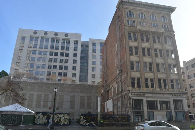 屋崙百老匯大街擁有百年歷史的「關鍵系統大樓」舊址將翻新改造,隔壁空地也將建起一座18層商業塔樓大廈,兩座大樓將成屋崙新地標。(記者劉先進/攝影)