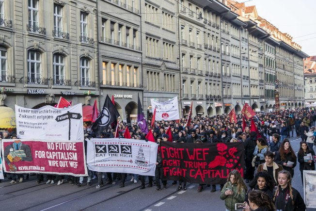 數百名反全球化示威抗議入士今天在瑞士首都伯恩(Bern)走上街頭,抗議總統川普(Donald Trump)計畫出席本月稍後登場的世界經濟論壇(WEF)。(歐新社)
