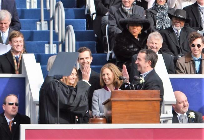 諾譚(右)由退休聯邦法官泰勒(Glen Tyler)宣誓,正式就任維州第73任州長。(特派員許惠敏/攝影)