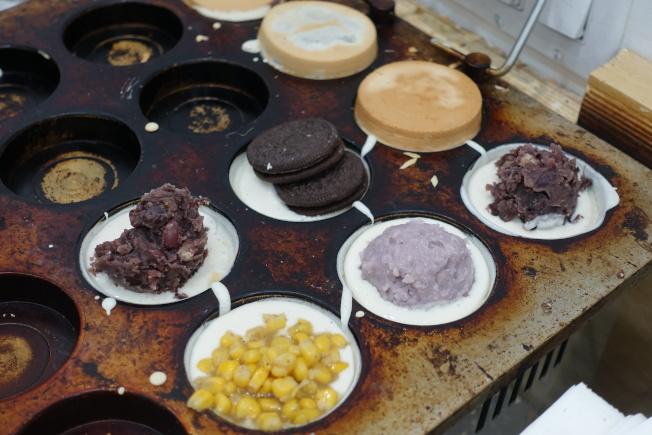 不同口味的車輪餅深受民眾喜愛。(記者金春香/攝影)